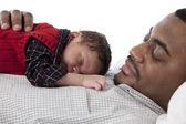 Afrikaanse amerikaanse vader rustig slapen met de zoon van de baby — Stockfoto