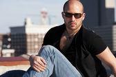 Real. homem caucasiano, sentado em um telhado — Foto Stock