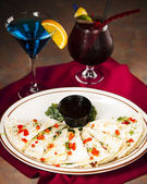 Food and Drink. An appetizer of cheesy quesadilla and cocktails — Stock Photo