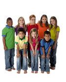 Mångfald. flera raser grupp av åtta barn i färgglada kläder står tillsammans som ett team — Stockfoto