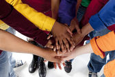 Divers adolescents. adolescents mettre leurs mains ensemble — Photo