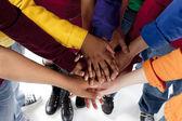 Diverse teenager. jugendliche, die ihre hände zusammenstellung — Stockfoto