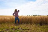 Un granjero mujer trabajadora se asoma — Foto de Stock
