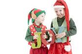 Dos jóvenes navidad elfos laught y mantenga letras de madera para deletrear alegría — Foto de Stock