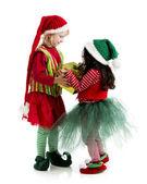 2 つのクリスマスのエルフ exchane ホリデイ ・ ギフト — ストック写真