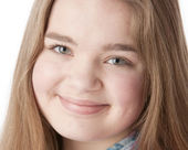 A closeup headshot of a smiling caucasian 15 year old teenage real girl — Stock Photo