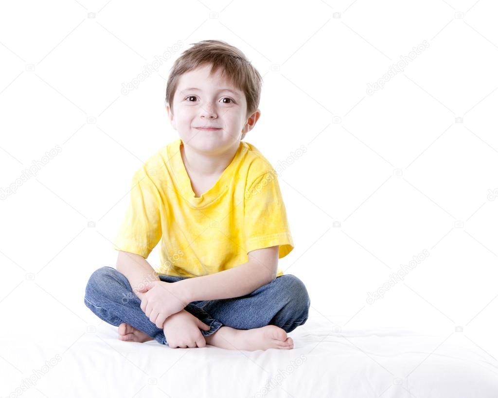 他的脸上带着微笑微笑白种人的小男孩