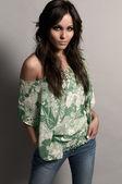 Mode studio shot van mooie vrouw met jeans en groene blou — Stockfoto