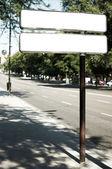 Kopya alanı ile sokakta beyaz pano — Stok fotoğraf