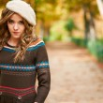 Youn beautiful girl fashion shot. Autumn scene — Stock Photo #19297027