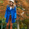 Youn beautiful girl fashion shot. Autumn scene — Stock Photo