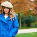Youn beautiful girl fashion shot. Autumn scene — Stock Photo