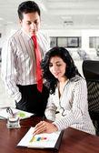Analizing raportów biznesowych w urzędzie — Zdjęcie stockowe