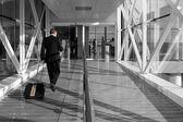 Geschäftsmann am flughafen — Stockfoto
