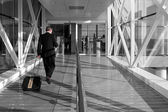 Obchodní muž na letišti — Stock fotografie