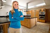 Jovem feliz na sua nova cozinha grande — Fotografia Stock
