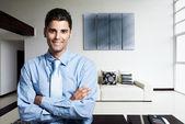 Homme d'affaires avec succès dans sa nouvelle maison moderne — Photo