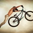 Young man flying on his bike: Dirt jump — Stock Photo
