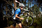 Genç adam bir bisiklet ile çalışan — Stok fotoğraf