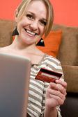 Chica guapa de compras en línea, concepto de e-commerce — Foto de Stock