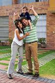 Joven pareja feliz en su nueva casa grande — Foto de Stock