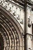 Perspectief detailweergave van een klassieke stenen deur van een kerk — Stockfoto