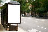 Cartellone bianco vuoto alla fermata bus — Foto Stock