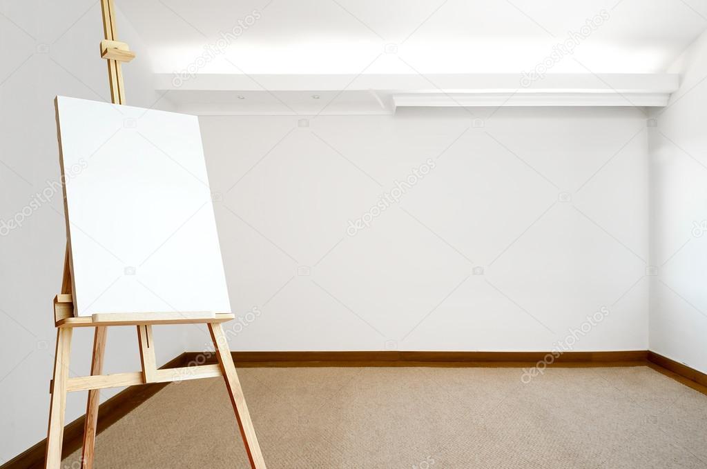 leere wei e zimmer mit teppichboden und eine leere leinwand auf einer staffelei stockfoto. Black Bedroom Furniture Sets. Home Design Ideas