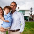Happy Family at new big house — Stockfoto