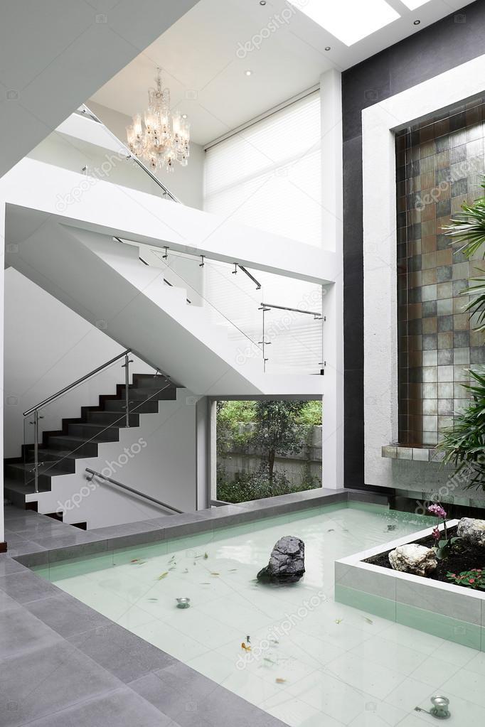 diseo de interiores escaleras y cascada u foto de stock