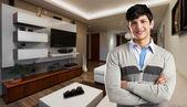 在现代公寓的年轻随便的人 — 图库照片