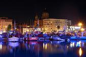 Seehafen in der nacht mit booten an der cote d ' azur — Stockfoto