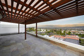 Stor terrass med vacker utsikt över staden — Stockfoto