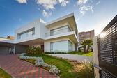 Большой современный дом — Стоковое фото