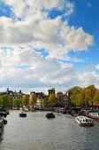 Canales de amsterdam con puente y edificios holandeses — Foto de Stock