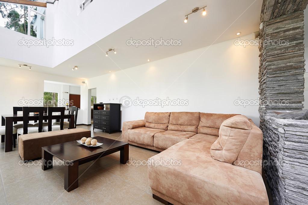 Scarica - Interior design: moderno salotto con grande parete bianca ...