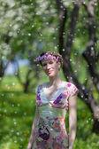 De jonge vrouw in lentetuin — Stockfoto
