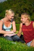 Legrační blondýnka s roztomilý blonďák v parku laughting dohromady — Stock fotografie