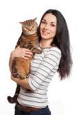 Hermosa chica morena sonriente y su gato jengibre encima blanca ba — Foto de Stock