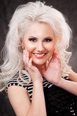 студия выстрел женщина молодая, красивая, блондинка в черном платье — Стоковое фото
