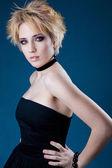 Hermosa joven rubia vestida de negro — Foto de Stock