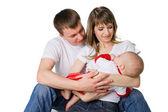 Yung matka i ojciec trzyma ich małe dziecko — Zdjęcie stockowe
