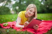 Chica con tablet pc — Foto de Stock