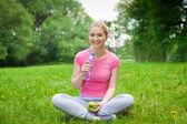 Chica rubia al aire libre en el parque de agua y manzana — Foto de Stock