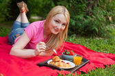 Smiling girl outdoor in the park having picnic  — Stock Photo