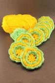 羊毛のボールとウールのかぎ針編みの花 — ストック写真