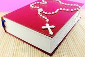 Bijbel en rozenkrans — Stockfoto