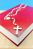 Bíblia e crucifixo — Fotografia Stock