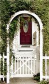 Arbor e a porta da casa de campo — Foto Stock