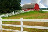 Grange rouge et clôture blanche — Photo